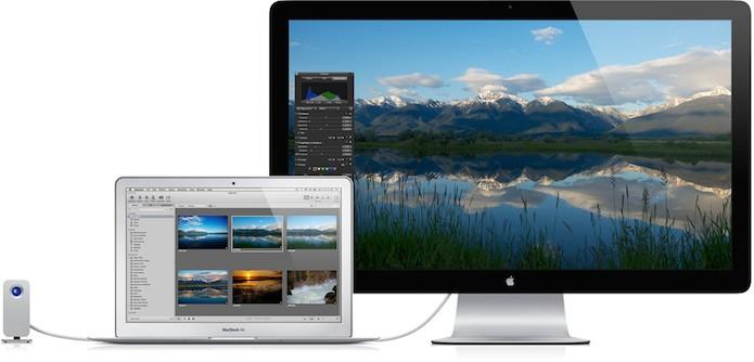 Macbook Air ligado ao Apple Thunderbolt Display (Foto: Divulgação)