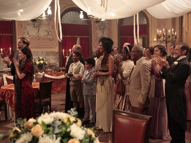 Os amigos comemoram com o noivos (Foto: Lado a Lado/TV Globo)