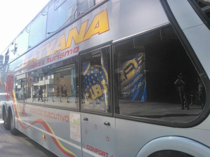 Ônibus de argentinos chegando no Brasil (Foto: Ivani Schutz/RBSTV)
