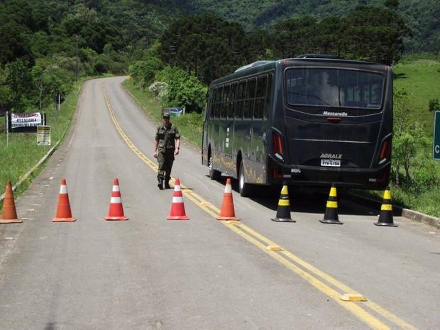 Caminho do Morro da Igreja foi fechado na madrugada deste sábado (5) (Foto: Sérgio José de Lima/Divulgação)