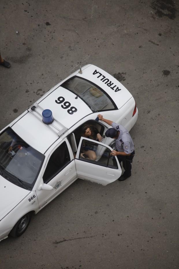 Policia Cubana interrompe ensaio de fotos com Ju Isen (Foto: Dkall Agency / Divulgação)