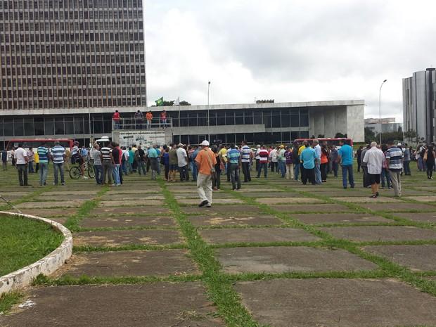 Servidores do SLU durante assembleia em frente à sede do GDF (Foto: Isabella Formiga/G1)