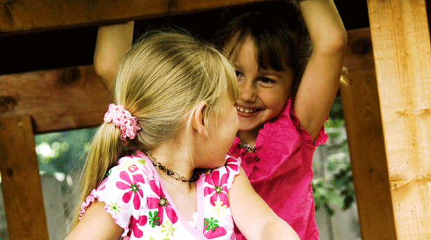 meninas; brincando; escorregador (Foto: Thinkstock)