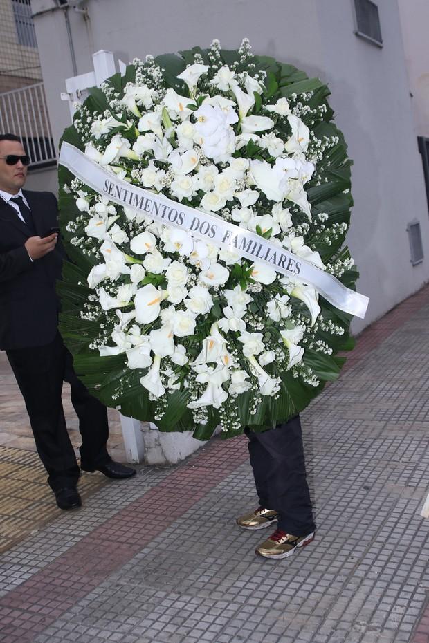 Coroa de flores chega a velório de Domingos Montagner (Foto: Thiago Duran/Agnews)