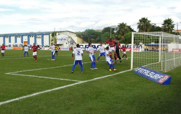 Pituca sobe alto na jogada do gol do Atlético-GO (Foto: Felipe Furtado / Atlético-GO)