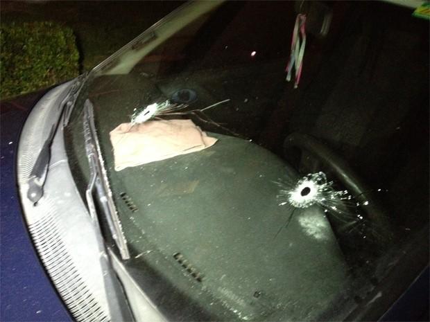 Carro do PM ficou marcado pelos tiros (Foto: Walter Paparazzo/G1)