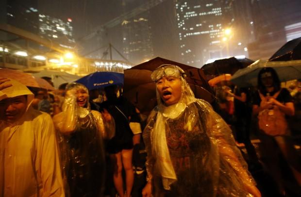 Manifestantes nas ruas de Hong Kong sob chuva nas primeiras horas da manhã do dia 1º, horário local  (Foto: Reuters/Carlos Barria)