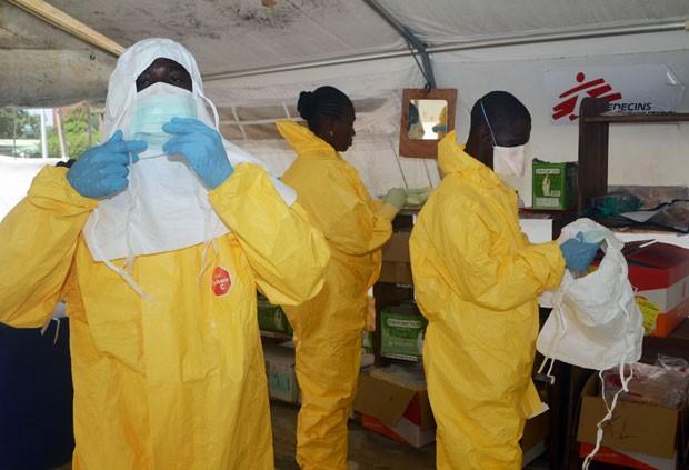 Membros da organização Médicos Sem Fronteiras se preparam para visitar hospital na capital do Guiné onde doentes de ebola estão sendo tratados (Foto: Cellou Binani)