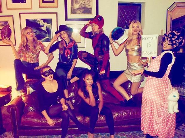 Martha Hunt, Emmie Gundler, Gigi Hadid, Kennedy Rayé, Taylor Swift, Lily Donaldson e Camila Cabello em festa de Halloween (Foto: Instagram/ Reprodução)