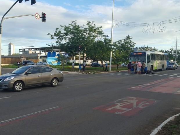 Acidente na avenida Theotônio Segurado (Foto: Carlos Moreira/ TV Anhanguera)