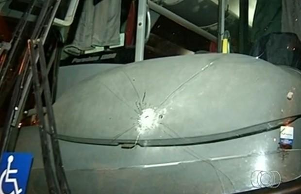 Criminosos atiraram na direção dos motoristas durante a abordagens (Foto: Reprodução/TV Anhanguera)
