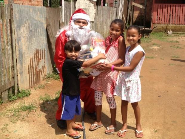 Endereços escritos de maneira incorreta dificultam o trabalho do Papai Noel para entregar cesta básica para família (Foto: Larissa Matarésio/G1)