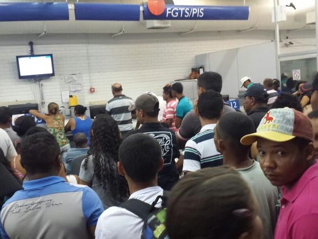 Fila na caixa econômica para o saque do FGTS em Petrolina, PE  (Foto: Amanda Franco / TV Grande Rio)