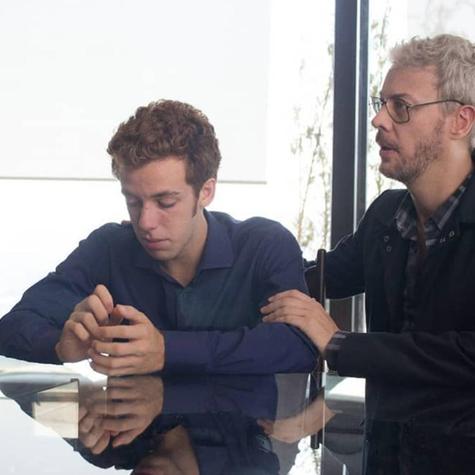 João Côrtes (Eric) e Guilherme Weber (Ariel) numa cena da quarta temporada de O negócio' (Foto: Divulgação)