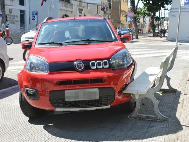 Carro atingiu banco da praça em acidente na manhã desta sexta-feira (29) (Foto: Walter Paparazzo/G1)