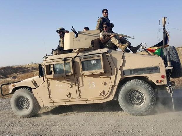 Forças de segurança afegãs fazem patrulha perto da cidade de Kunduz no dia 1º de outubro (Foto: Reuters/Hamid Shalizi)