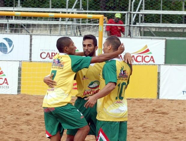 Maguinho (E) comemora gol com Bruno Xavier e Belchior Anchieta e Viana Estadual futebol de areia do Espírito Santo (Foto: Pauta Livre)