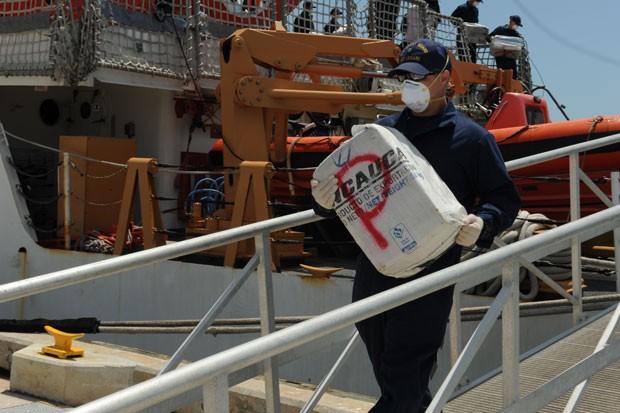 Integrante da Guarda Costeira dos EUA desembarca parte da droga encontrada no Mar do Caribe. 3,3 mil quilos da droga foram encontrados (Foto: U.S. Coast Guard, Petty Officer 3rd Class Mark Barney/AP)