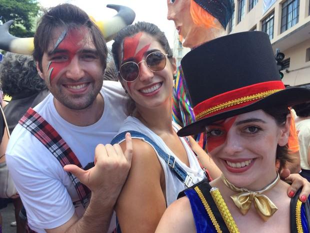 Amigos curtem a folia do bloco Tô de Bowie em São Paulo (Foto: Isabela Marinho/G1)