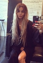 Vanessa Hudgens dá adeus aos cabelos longos e exibe novo look