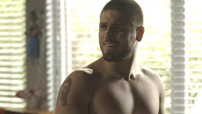 Gustavo nem desconfia que Salete tenha ligado sua tatuagem ao dia do atentado de Fausto (Foto: TV Globo)
