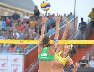 Ágatha encara o bloqueio de Fernanda Berti na final do Mundial (Foto: FIVB/Divulgação)