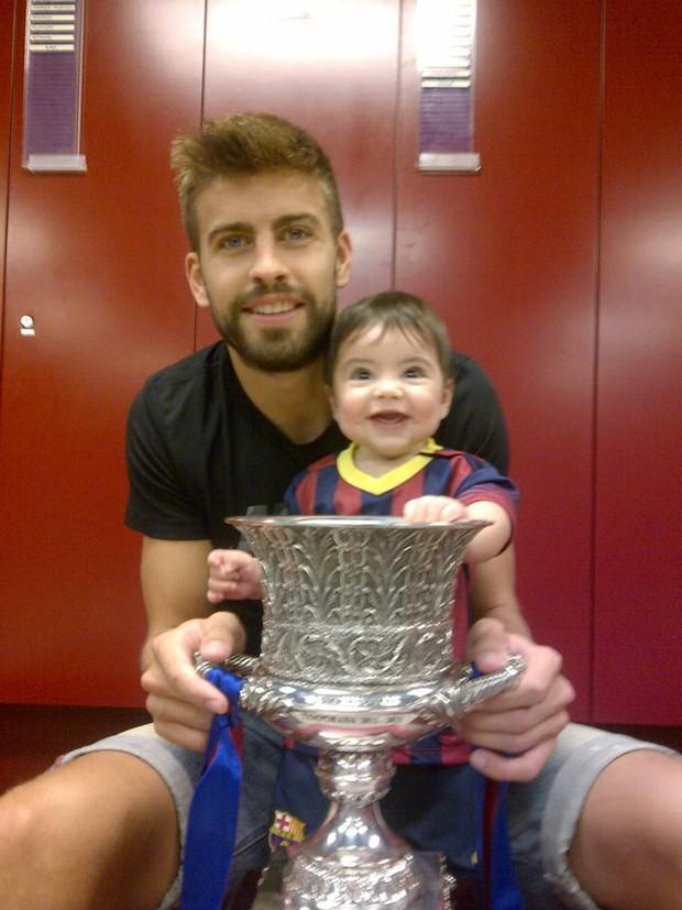 PIqué com o filho Milan (Foto: Facebook / Reprodução)