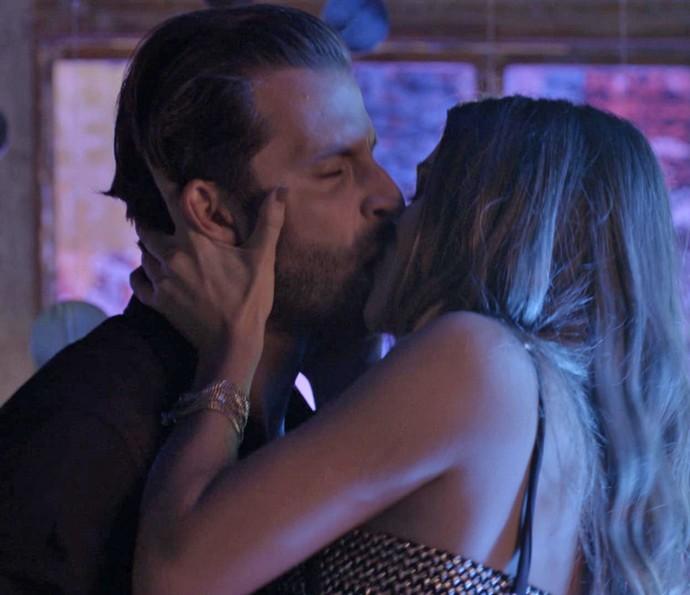 Cassandra pede uma segunda chance e arrasa no beijo! (Foto: TV Globo)