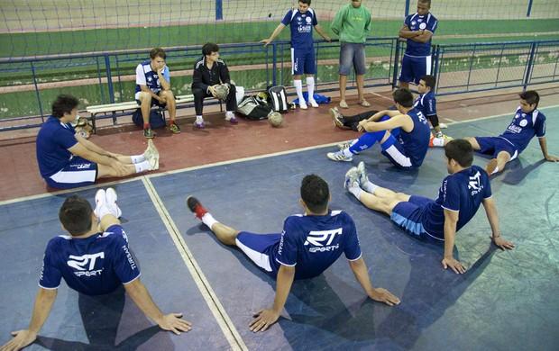 O treinador Ricardo Reis (de preto) conversa com os jogadores do Taubaté Futsal durante treino no ginásio da Vila Aparecida (Foto: Jonas Barbetta/Top10 Comunicação)