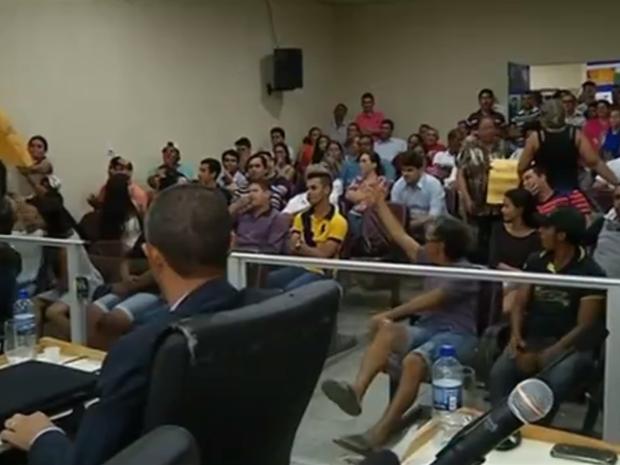 Moradores fizeram protesto em câmara de vereadores (Foto: Reprodução/TV Anhanguera)