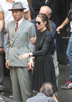 Angelina Jolie dirige as filmagens de 'Unbroken' em Sydney, na Austrália (Foto: Grosby Group/ Agência)