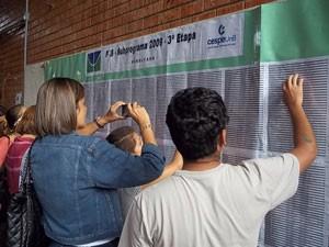 Candidatos consultam resultado da 3ª etapa do PAS da UnB (Foto: Raquel Morais/G1)