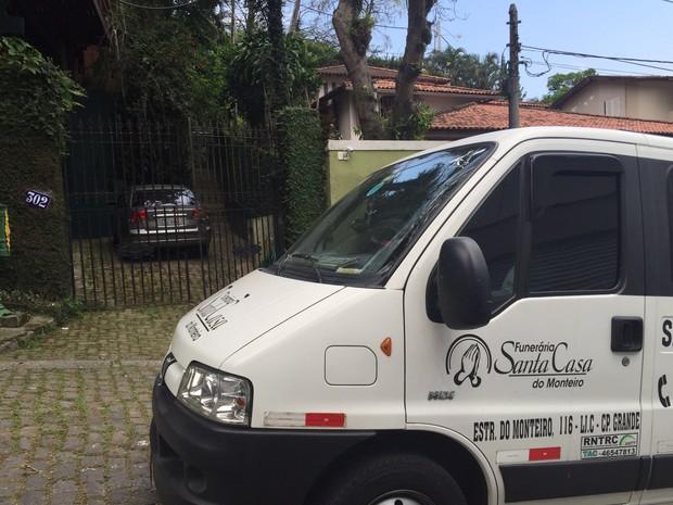 Veículo de funerária chega a casa de Miele (Foto: Henrique Coelho/G1)