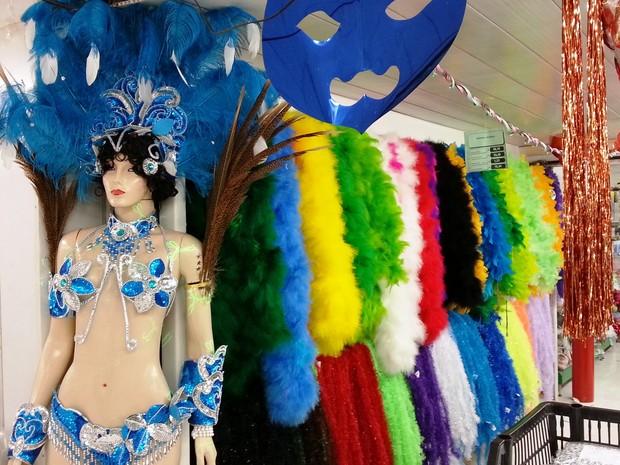 Comerciantes de Juiz de Fora preparam estoque para o Carnaval (Foto: Nathalie Guimarães/G1)