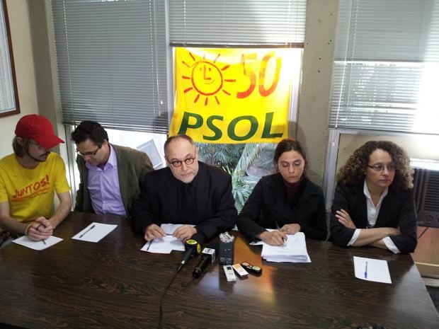 PSOL se manifestou em Porto Alegre sobre ação policial em residências de manifestantes (Foto: Josmar Leite/RBS TV)