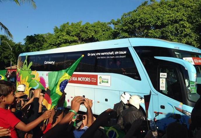 Ônibus da Alemanha chega a Porto Seguro (Foto: Victor Canedo)