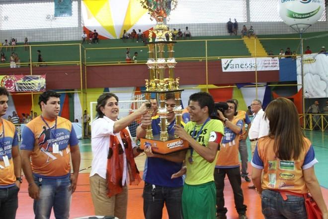 Entrega do Troféu de Campeão da 17ª Copa TV Grande Rio de Futsal  (Foto: Marketing TV Grande Rio)