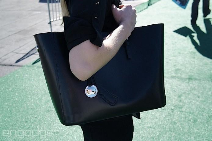 Bolsa com carregador embutido deve ser lançada até o fim do ano (Foto: Reprodução/Engadget)