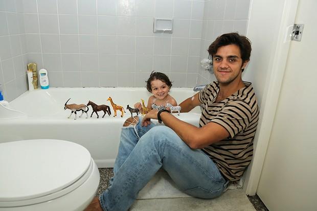 Hora do banho, Felipe Simas com o filho Joaquim (Foto: Pablo Grosby)