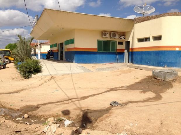 Esgoto e lixo próximos ao único hospital de Manari, cuja taxa de urbanização é 21,11%. (Foto: Jael Soares/ G1 Caruaru)