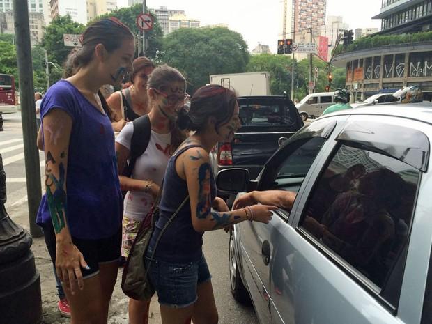 """Novos alunos da faculdade de direito da USP cobram """"pedágio"""" de motoristas no Centro de SP. (Foto: Vanessa Fajardo/G1)"""