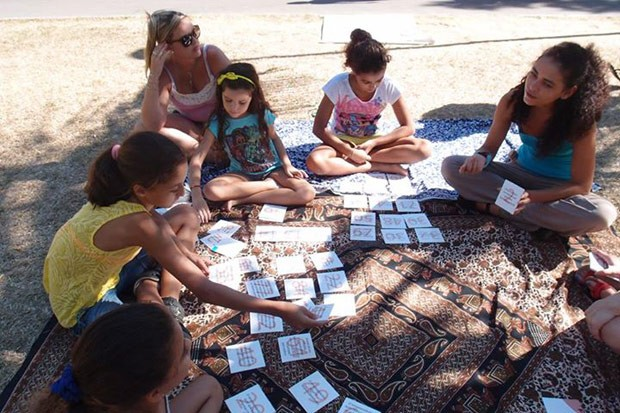 Psicóloga Ana Biavatti (primeira à direita) coordena atividade sobre empreendedorismo com crianças da Oficina de Negocinhos (Foto: ACKimages/Divulgação)