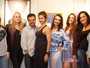Adrilles posa cercado de modelos plus size: 'Gosto das corpulentas'