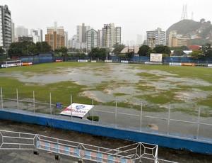 Chuva alagou boa parte do gramado do estádio Salvador Costa (Foto: Eduado Dias)