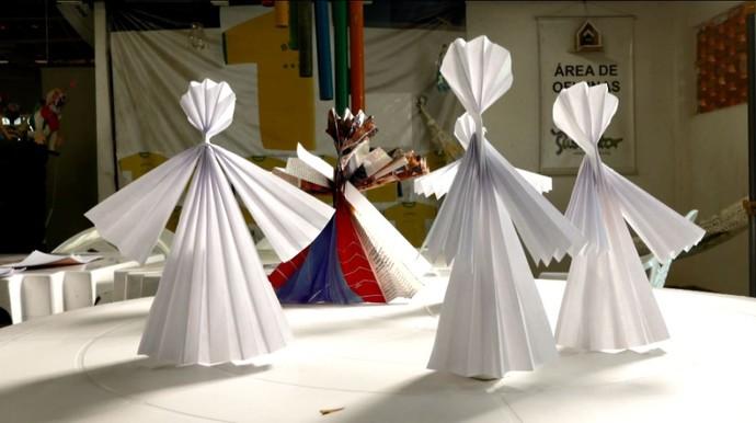 Anjos de papel completem o cenário de presépio, feito com garrafas pet (Foto: reprodução EPTV)