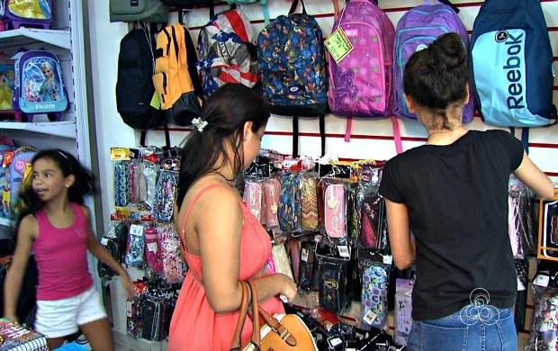 Acreanos utilizam a pesquisa em busca de preços mais baixos no material escolar (Foto: Bom Dia Amazônia)