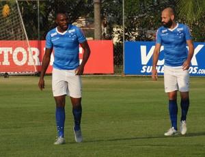 Manoel e Bruno Rodrigo, zagueiros Cruzeiro (Foto: Gabriel Duarte)