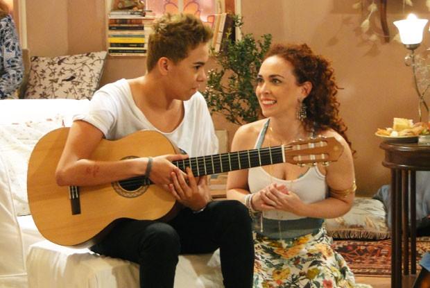 Ela precisa aturar Dora, a namorada de Léo (Foto: Louco por Elas/TV Globo)