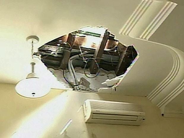 Bandidos roubam imagens de santos e velas da Igreja Matriz de Petrolina, PE (Foto: Reprodução / TV Globo)
