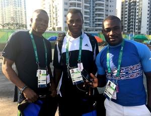 Atletas do Benim ganharam telefones celulares na Vila Olímpica do Rio (Foto: Tiago Leme)